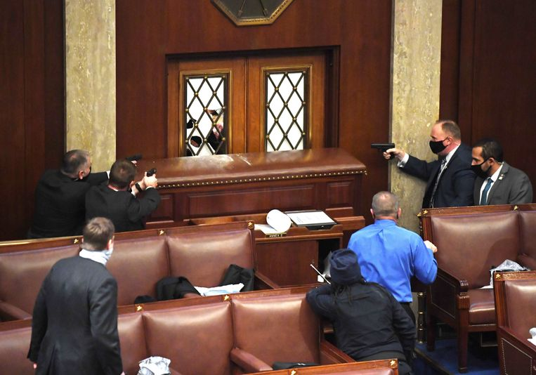 Agenten met getrokken wapens in het Huis. Beeld Photo News