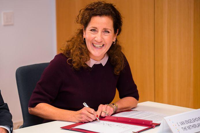 Minister Ingrid van Engelshoven zou eens terug moeten denken aan haar eigen studietijd en zich moeten inleven in de huidige generatie studenten.