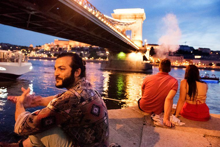 Aan de oevers van de Donau vertelt een Syrische masterstudent in Boedapest over de schuldgevoelens waarmee hij kampt. Beeld Sanne De Wilde
