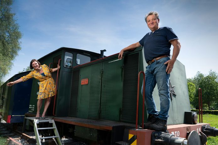 Miranda en Jos Sanders op hun nieuwe locomotief vlakbij het Duits Lijntje in Kasteren.