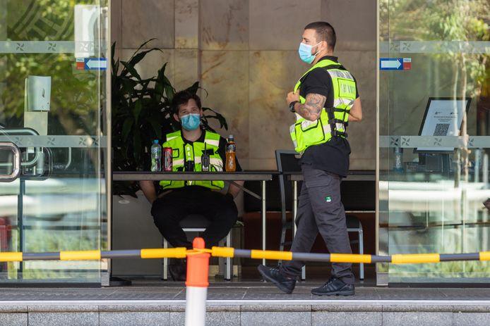 In de grootste deelstaat van Australië is voor het eerst in ongeveer 10 maanden vastgesteld dat iemand lokaal besmet is geraakt met het coronavirus. Het gaat om een beveiliger die werkt bij een hotel waar mensen in quarantaine zitten.