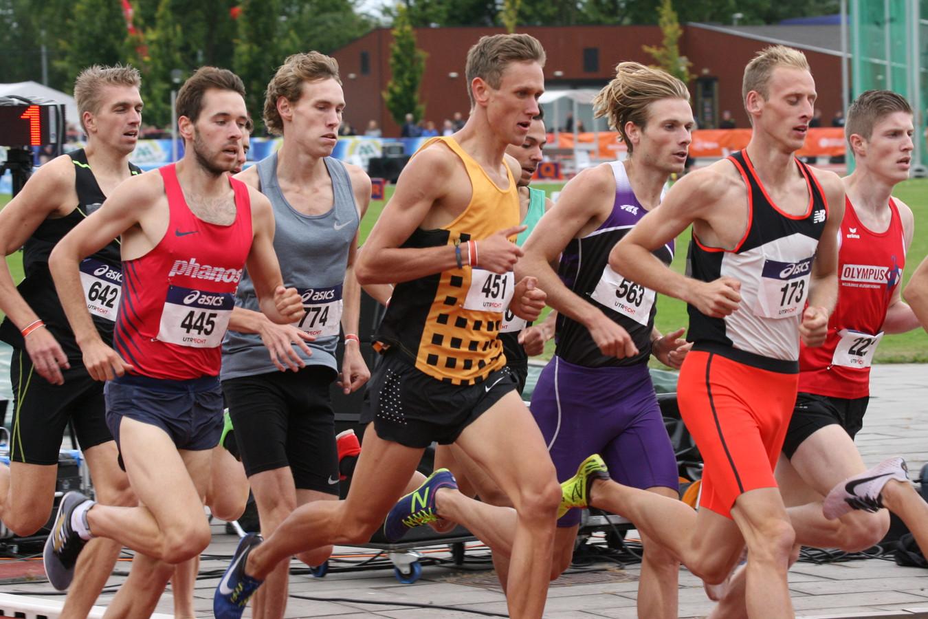 Jelmer van der Linden (451) op de 1500 meter tijdens het NK in Utrecht.