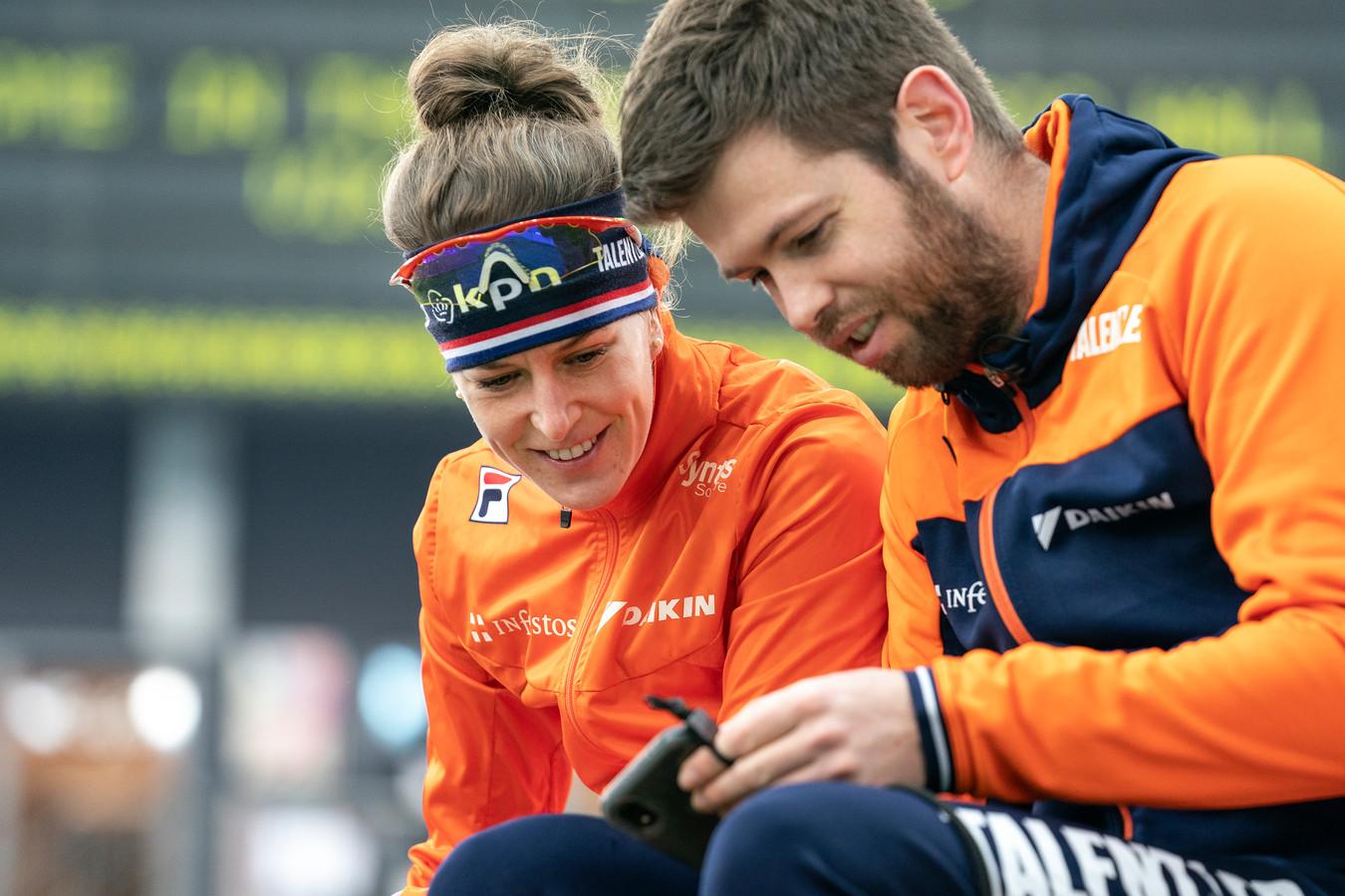 Robin Derks, hier met Ireen Wüst, wordt de coach van het juniorenteam van Talentned.