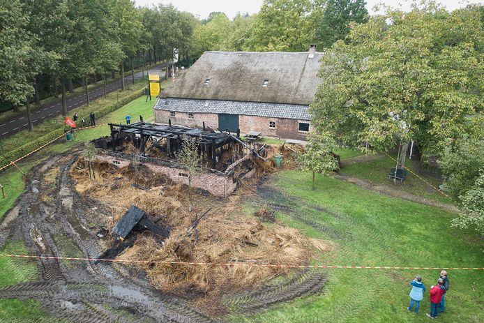 Van het bezoekerscentrum van de museumboerderij in Heeswijk-Dinther is de ochtend na de brand niets meer over. De historische boerderij erachter staat er ogenschijnlijk ongeschonden bij.