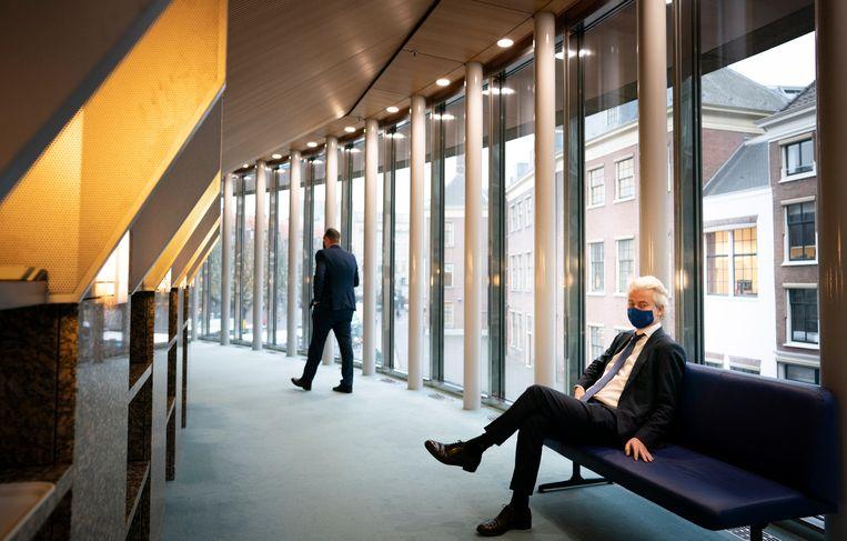 Geert Wilders (PVV), met links op de achtergrond Pieter Heerma (CDA), voor aanvang van een debat in de Tweede Kamer. Beeld