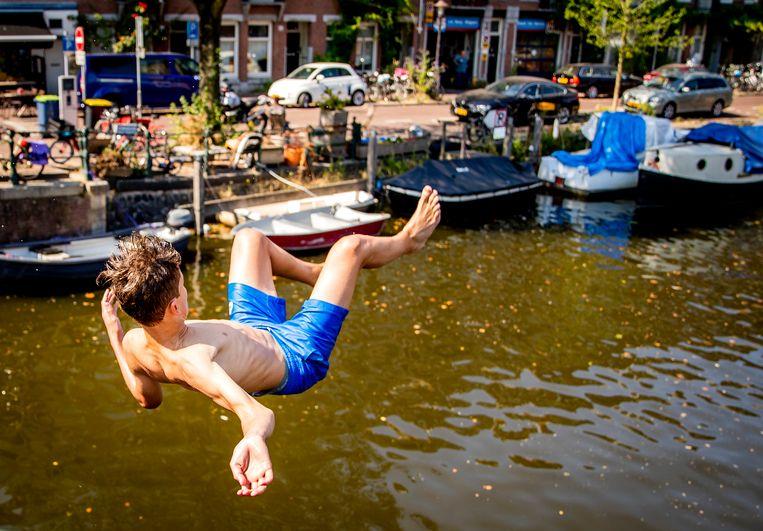 Jongens springen in de Kattensloot in Amsterdam op een bloedhete dag. Beeld ANP