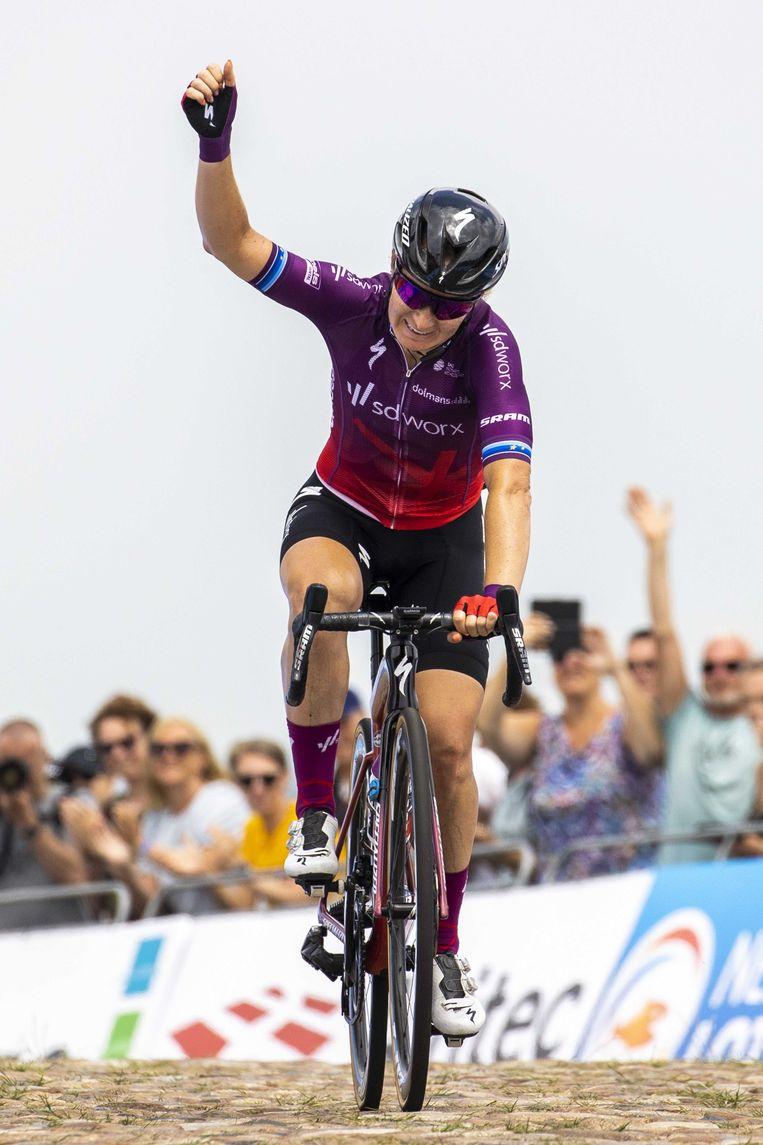 Amy Pieters viert haar zege bij het NK Wielrennen voor vrouwen. Beeld ANP