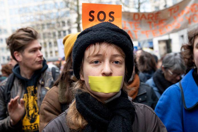Actievoerders trekken door de straten van Brussel om hun ongenoegen over de cultuurbesparingen te uiten.