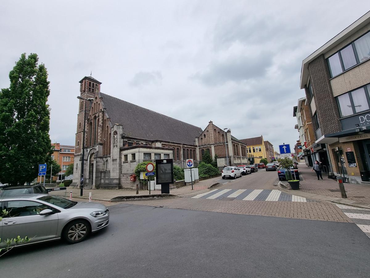 De Sint-Stevenskerk in het Negenmanneke met achteraan de school.