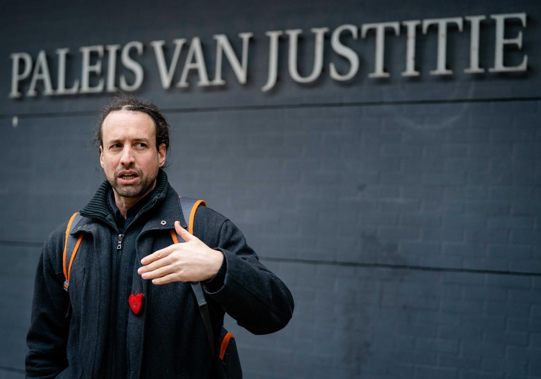 Willem Engel van protestgroep Viruswaarheid komt aan bij het gerechtshof