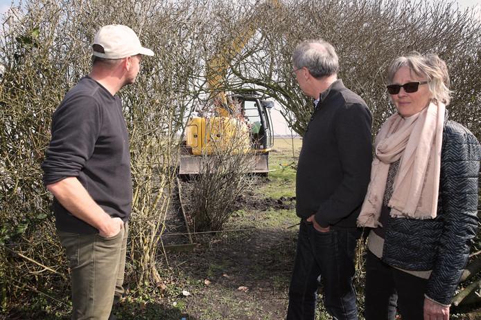 Lesley Sandford, Eddy de Jong en hun schoonzoon bij de heg, die gisterochtend is weggehaald.