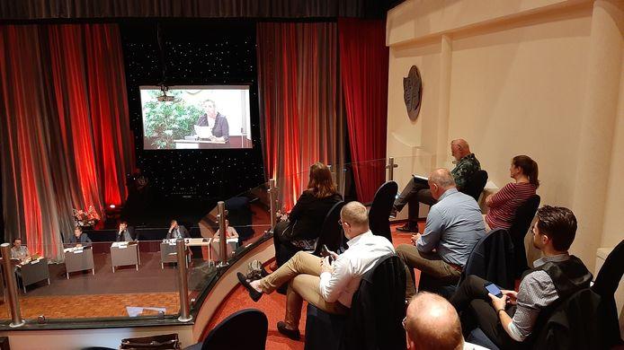 De gemeenteraad van Zeewolde bijeen voor een openbare bijeenkomst over de bouw van een groot datacenter.