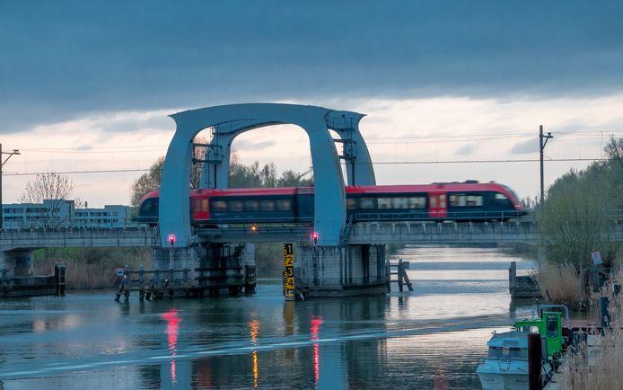 Trein van Qbuzz op de brug over het Wantij in Dordrecht.