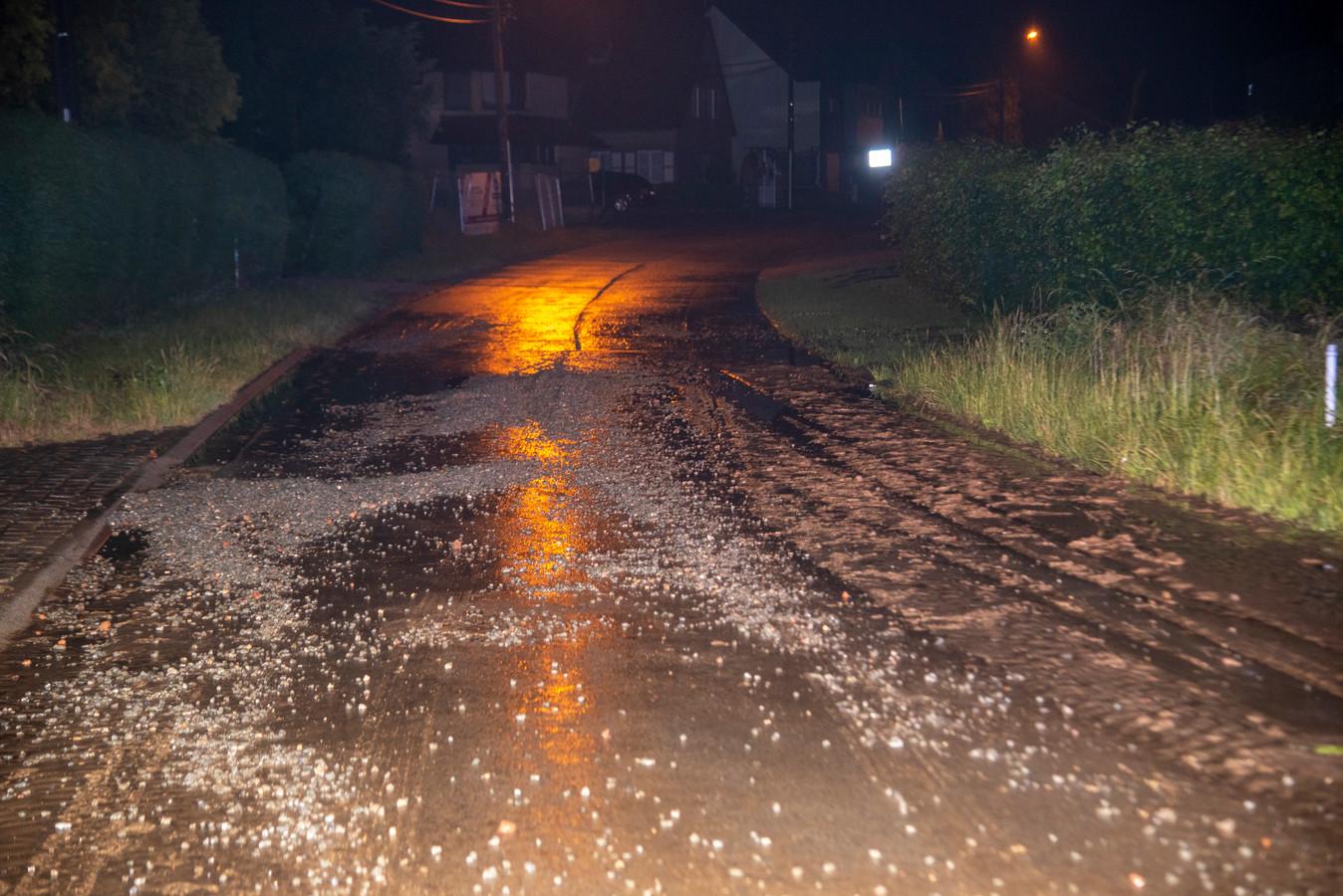 In Polbroek werd modder en steenslag meegesleurd door wateroverlast na een wolkbreuk.