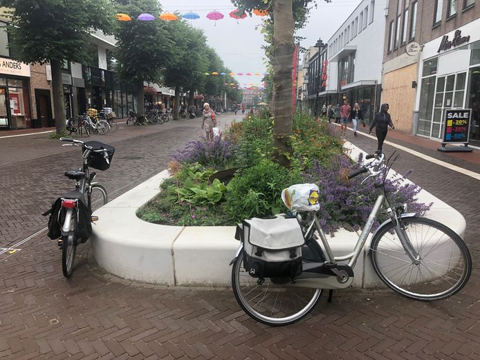 Veel wildparkeren van fietsers in het centrum van Uden.
