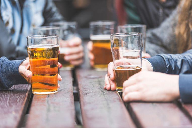De pubs en terrassen zijn weer open in Groot-Brittannië. Vooral mensen die al veel dronken werden tijdens de coronacrisis nog zwaarder verslaafd. Beeld Thinckstock