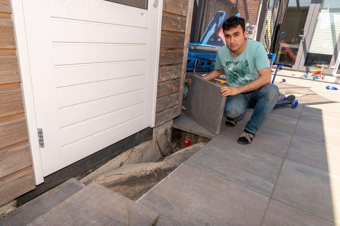 Dit probleem van wegspoelend zand onder de tegels in de tuin van Mustafa Karaaslan is nu verholpen.