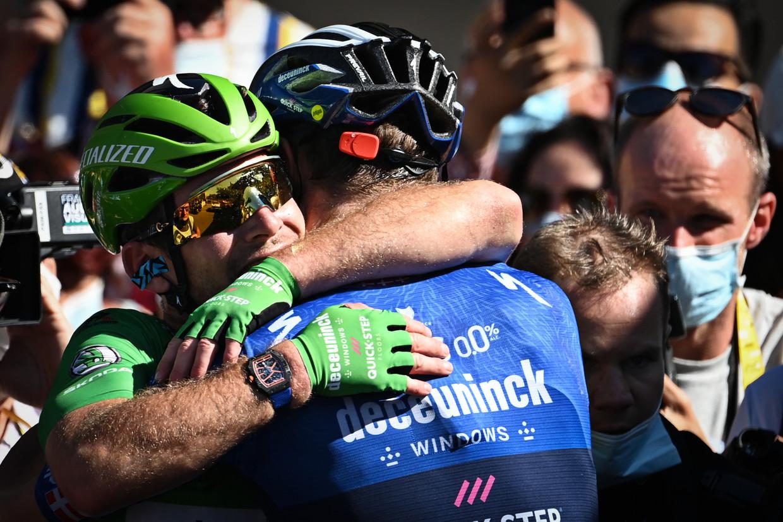 Mark Cavendish omhelst Michael Morkov na de aankomst in Carcassonne. Beeld BELGA