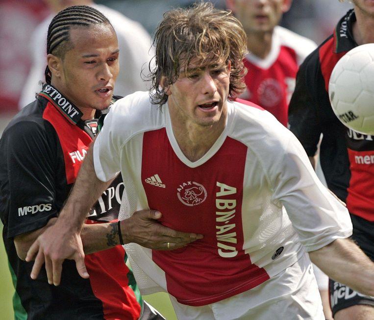 Pascal Heije (links) in het shirt van NEC in duel met de Braziliaan Maxwell tijdens de thuiswedstrijd tegen Ajax in het voorjaar van 2004. Beeld ANP
