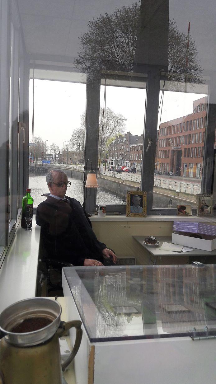 Teus in het brugwachtershuisje van de Hinthamerbrug, waar hij sinds maandag zit.