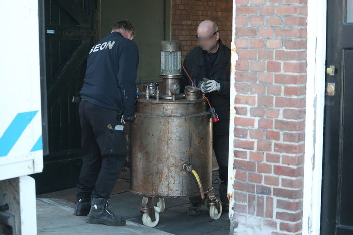 Aan de Zeesluisweg werden grote ketels die gebruikt worden voor de productie van verdovende middelen aangetroffen.
