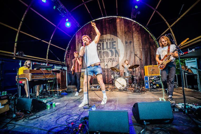 De Nederlandse rootsband The Grand East op festival Once in a Bue Moon in het Amsterdamse Bos. Beeld null