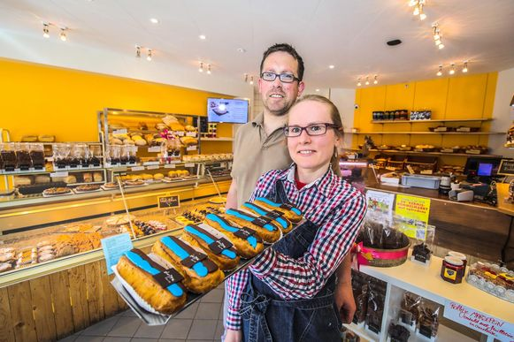 Dries Lietaert en Sofie Claeys van bakkerij Dewitte met hun blauw-zwarte eclairs.