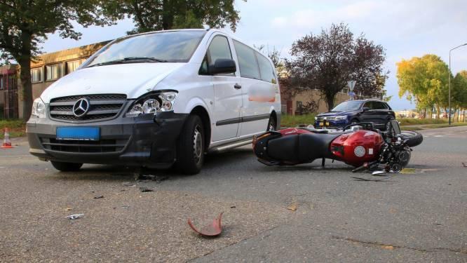 Motorrijdster raakt gewond bij botsing met taxibusje in Helmond