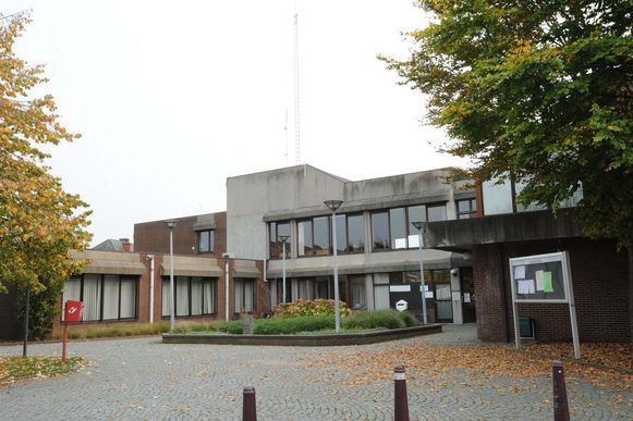 Het gemeentehuis - dat in 1982 gebouwd werd - mocht slechts vijf meter hoog zijn, maar het werden er negen. In 1984 trokken buren naar de rechter, die hen nu dus gelijk gaf.