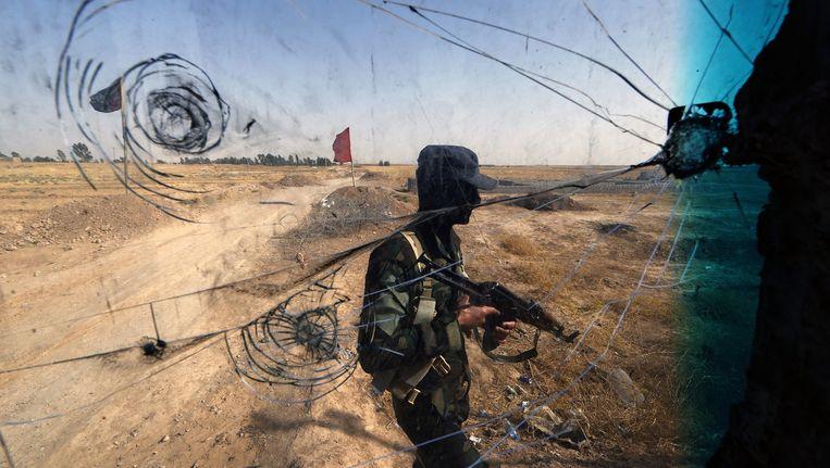 Iraakse soldaat bij Tuz Khurmatu in het noorden van Irak, in de buurt waar IS zich zou ophouden. Beeld afp