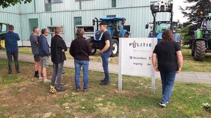 De boeren staan bij het politiebureau in Cuijk klaar om aangifte te doen.