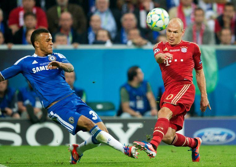 2012-05-19 22:08:47 MUNCHEN - Arjen Robben (R) van Bayern Munchen in duel met Ray Bertrand van Chelsea tijdens de Champions League-finale in Munchen. Beeld ANP