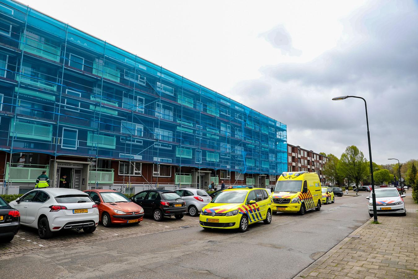 Een traumahelikopter werd opgeroepen voor een vrouw die van de trap viel in haar appartementencomplex aan de Lekstraat in Apeldoorn.