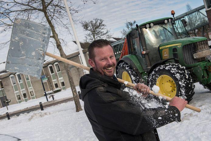 Johan Verwoert ging met shovel en sneeuwschuiver aan de slag toen Nederland een sneeuwdeken kreeg.