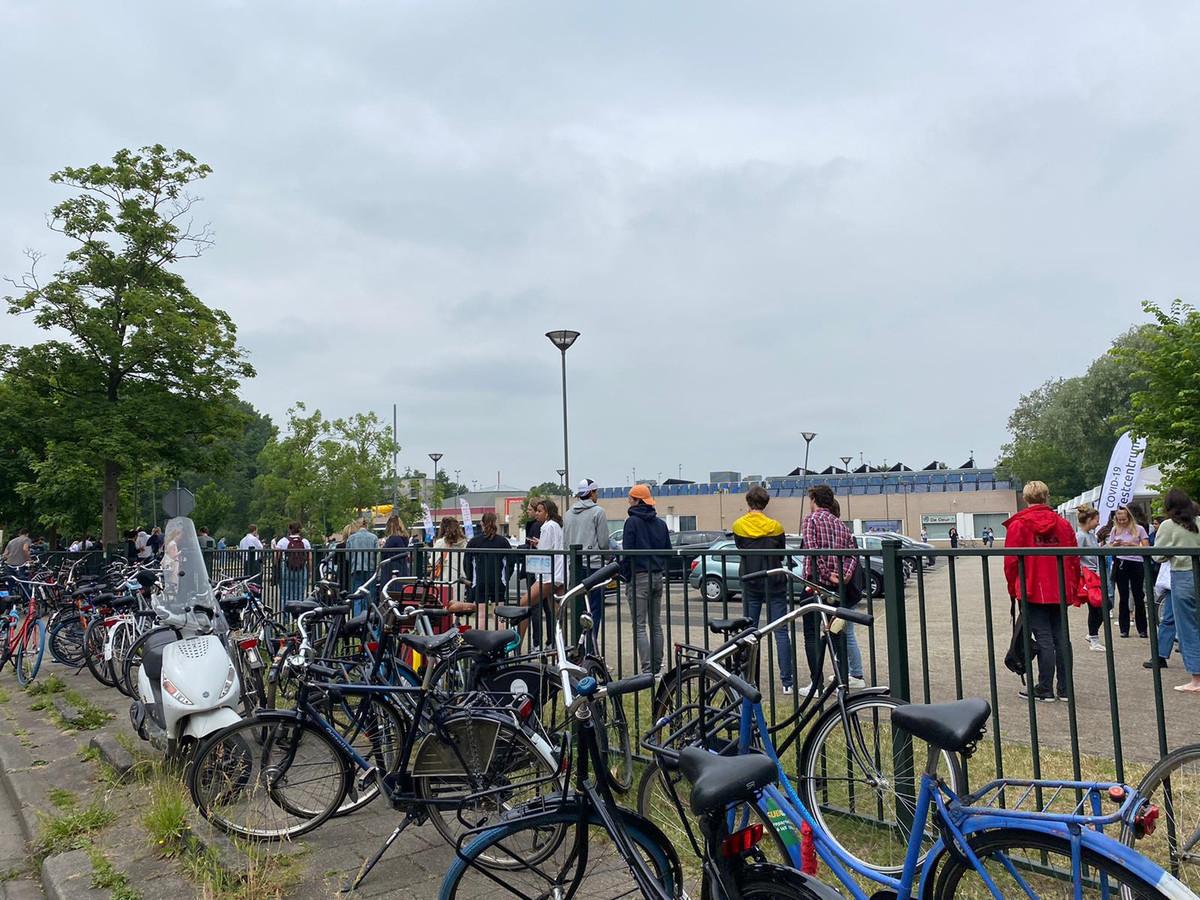 Een deel van de lange wachtrij bij de Utrechtse testlocatie Den Hommel.