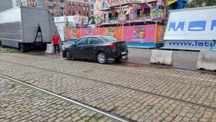 Zwarte wagen rijdt zich vast in tunnel van premetrostation Lemonnier. Rond 12 uur was de wagen aan de kant getakeld