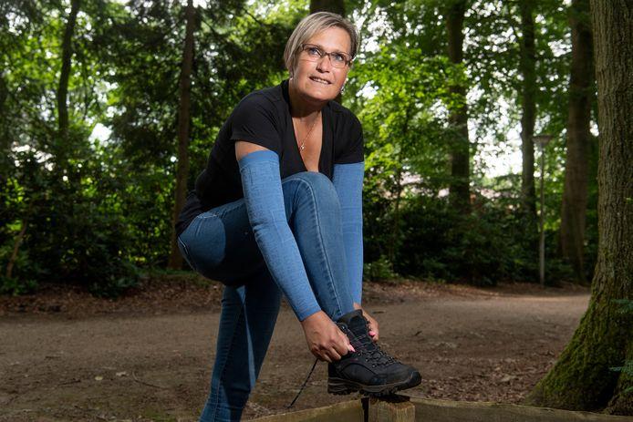 José van der Meijs is na drie operaties genezen van borstkanker. Hoewel volledig afgekeurd, gaat ze nu met een wandeling geld inzamelen voor de vroegtijdige opsporing van deze ziekte.