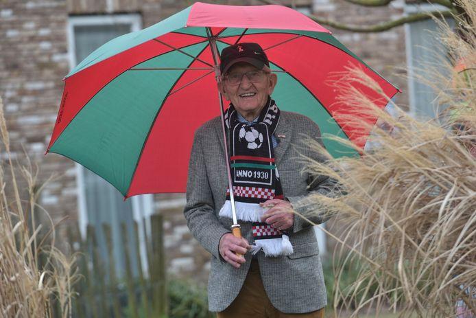 Jo Bosmans heeft een rood/groen hart. Hij is 75 jaar lid van RKSV Heeze.