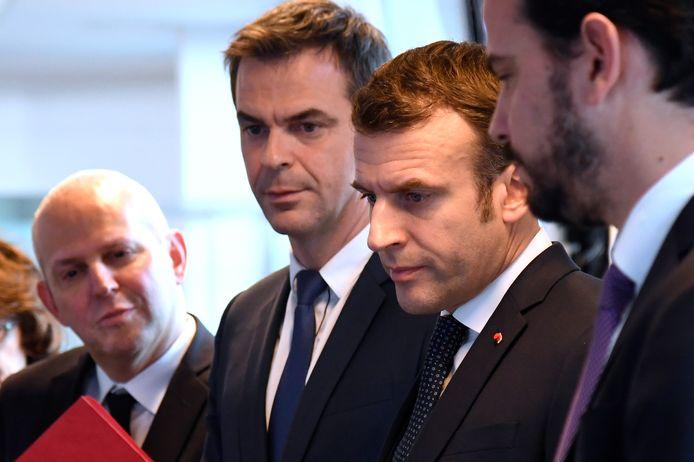 Emmanuel Macron avec le ministre de la Santé Olivier Véran  et le Pr Jérôme, directeur général de la Santé.