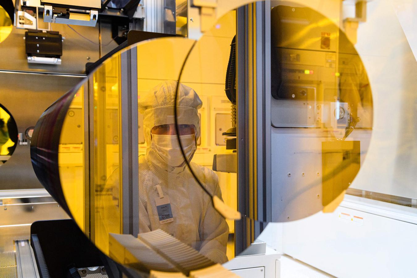 Een medewerker van Bosch in de clean-room van de nieuwe chipsfabriek van Bosch in Dresden. In de fabriek zullen vooral chips voor de eigen autoproducten gemaakt worden.