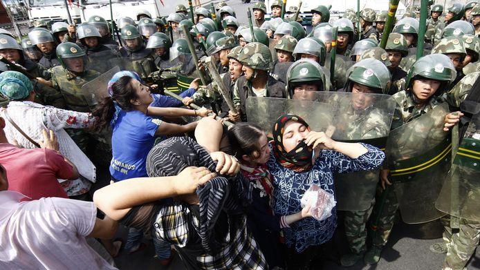 Gevechten tussen protesterende Oeigoeren en de Chinese oproerpolitie, eerder dit jaar.