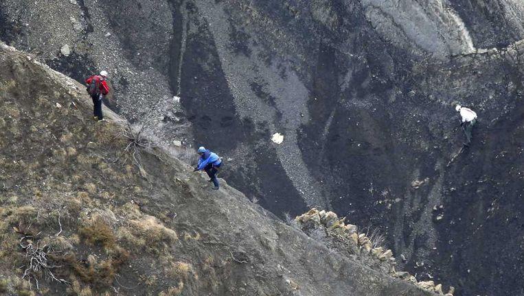 Reddingswerkers zoeken op de bergen naar slachtoffers. Beeld epa