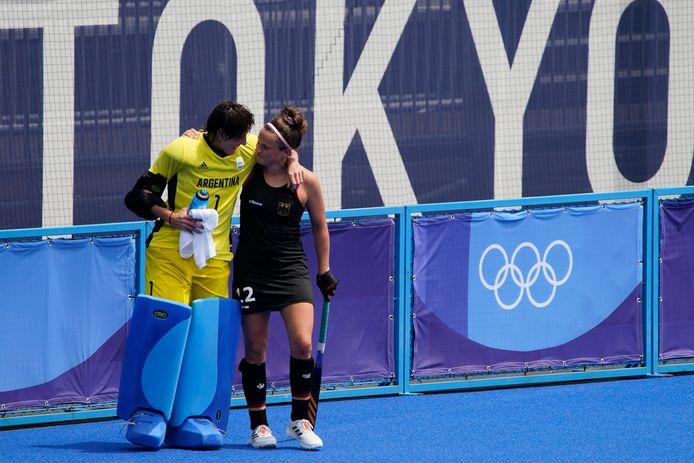 Maria Belen Succi, hockeykeeper van Argentinië, in een onderonsje met de Duitse Charlotte Stapenhorst.