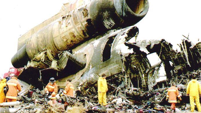 Brandweerlieden en reddingswerkers bij de resten van de verongelukte DC-10 van Martinair