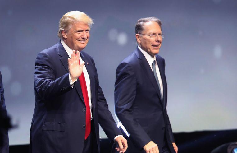 De Republikeinse presidentskandidaat Donald Trump en de NRA-baas Wayne LaPierre. Beeld AFP