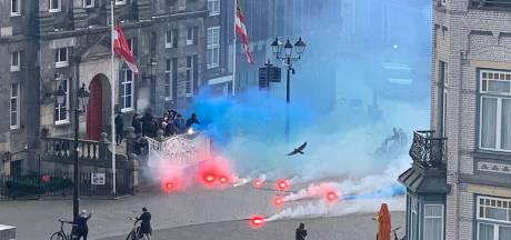 Supporters van FC Den Bosch zetten markt blauw met vuurwerk, politie spreekt groep aan