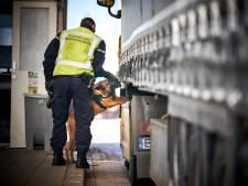 Marechaussee haalt elf inklimmers van trailers in Hoek van Holland