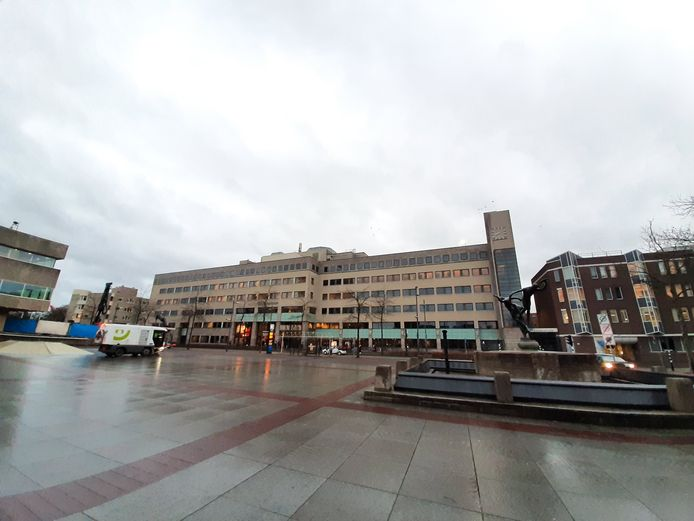 Stadskantoor Eindhoven aan het Stadhuisplein met rechts het Stadhuis.