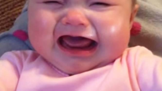 Baby stopt maar niet met huilen ... tot haar ouders dit doen
