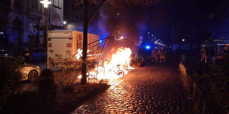 Oudejaarsavond in Brussel: een fietsenstalling brandt uit in Schaarbeek. Beeld Marc Baert